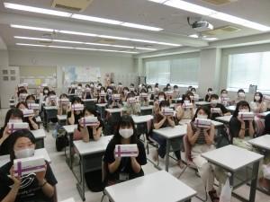寄贈されたマスクを手にする学生たち